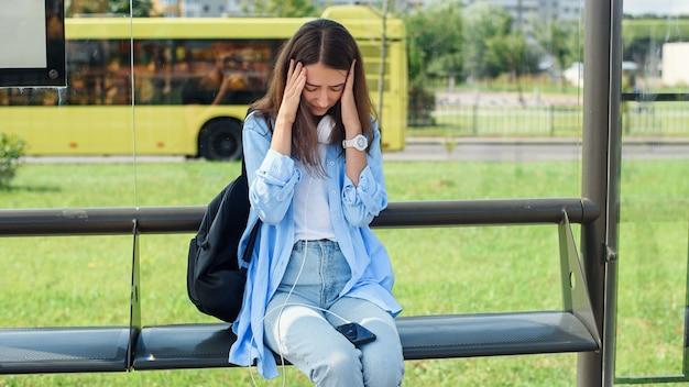 Het jonge meisje heeft smartphone opgesplitst. gebroken telefoonscherm.