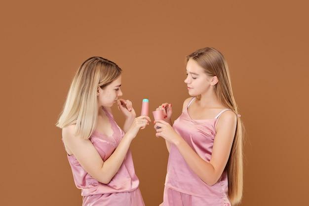 Het jonge meisje is van streek over haar acne en haar vriend kalmeert en steunt haar