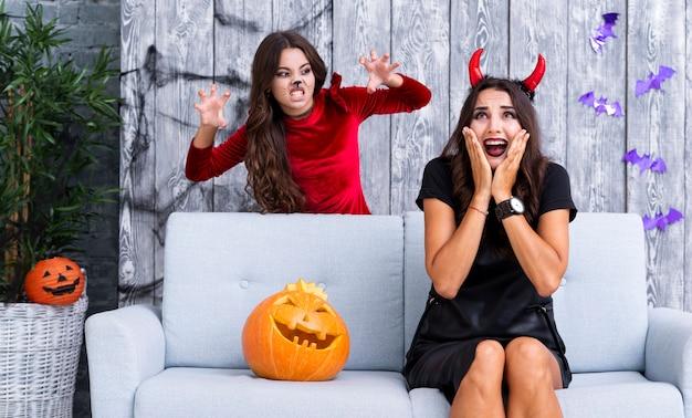 Het jonge meisje maakt moeder voor halloween bang