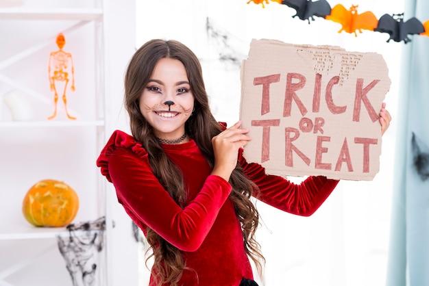 Het jonge meisje met gezicht schilderde klaar voor halloween