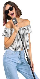 Het jonge meisje met microfoon zingt