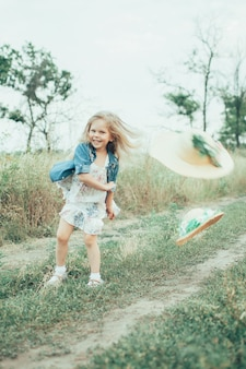 Het jonge meisje op groen gras