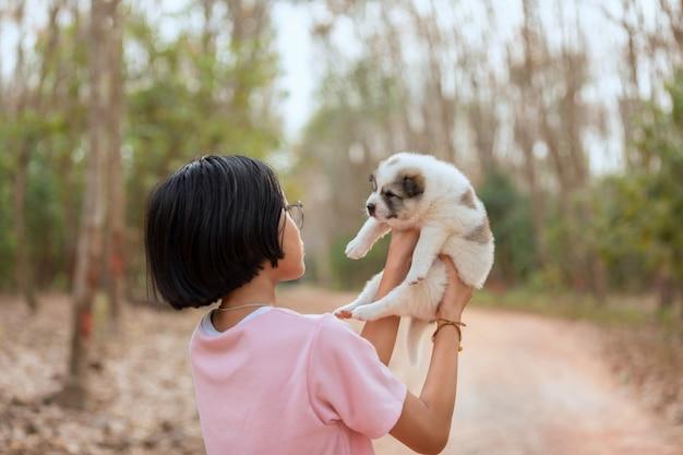 Het jonge meisje spelen met puppyhond