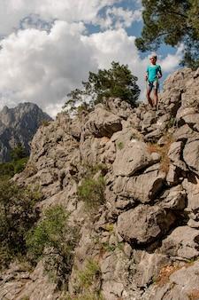 Het jonge meisje stellen bovenop de berg