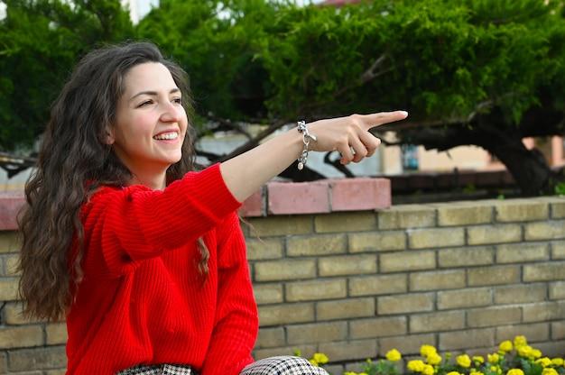 Het jonge meisje toont een hand aan de kant
