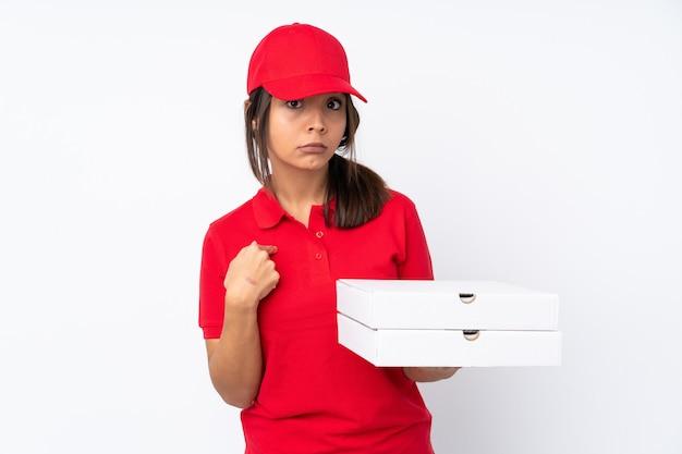 Het jonge meisje van de pizzabezorger over geïsoleerde witte achtergrond die naar zich richt