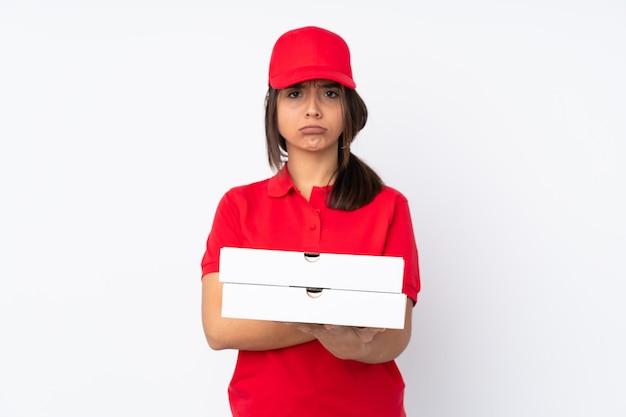 Het jonge meisje van de pizzalevering over geïsoleerde witte muur die verstoord voelen
