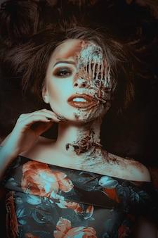 Het jonge model stelt met wormen als dode vrouw