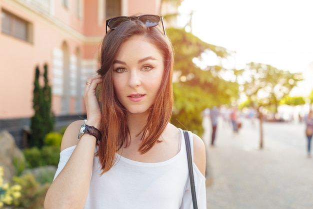 Het jonge mooie kaukasische vrouw stellen openlucht in de stad