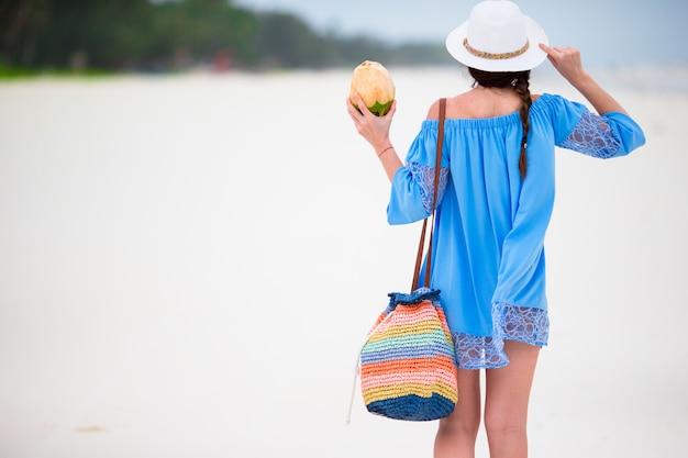 Het jonge mooie meisje ontspannen op strandvakantie