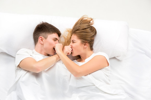 Het jonge mooie paar liggend in een bed