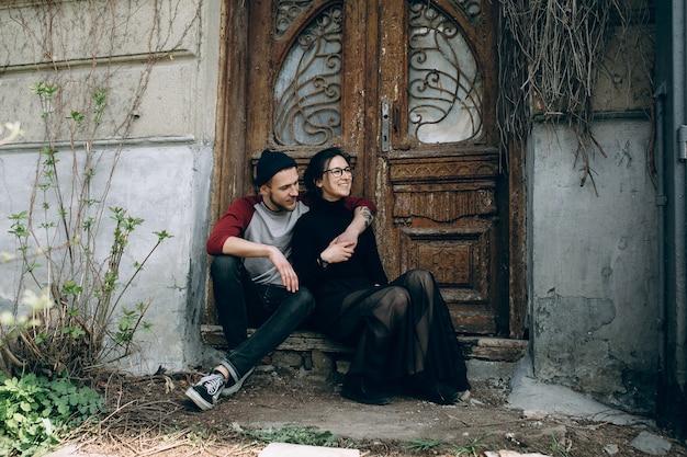 Het jonge mooie paar stellen over een oud gebouw