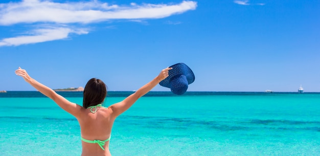 Het jonge mooie vrouw ontspannen bij wit zandig tropisch strand