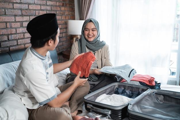 Het jonge moslimpaar bereidt samen bagage voor