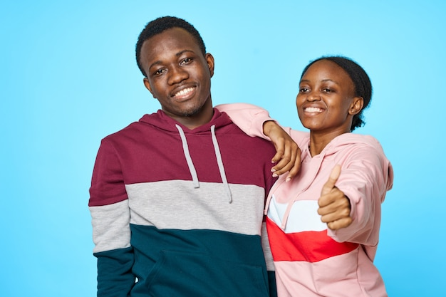 Het jonge paar afrikaanse verschijning stellen
