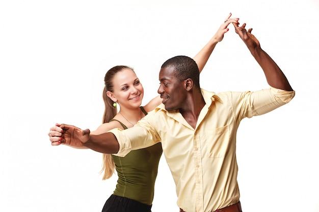 Het jonge paar danst caraïbische salsa, schot