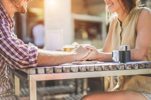 Het jonge paar dat elkaar houdt dient koffiewinkel in