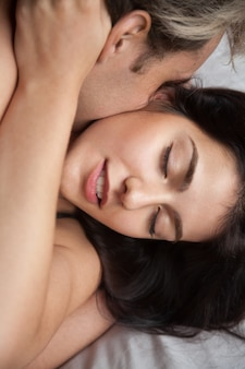 Het jonge paar die liefde maken die van hartstochtelijk geslacht genieten, sluit omhoog mening