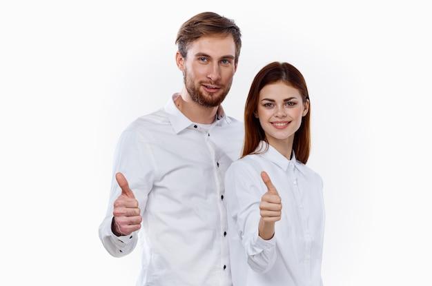 Het jonge paar kleedde zich in wit met geïsoleerde duimen omhoog