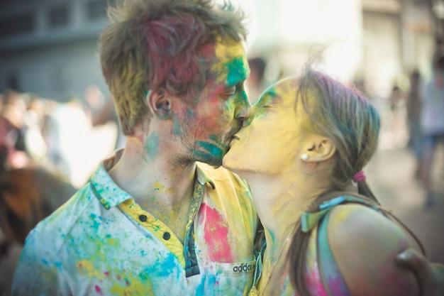 Het jonge paar kussen bij holi-kleurenfestival