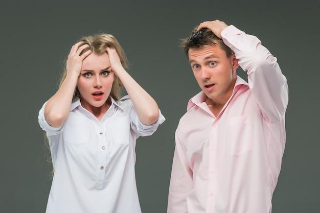 Het jonge paar met verschillende emoties tijdens conflict