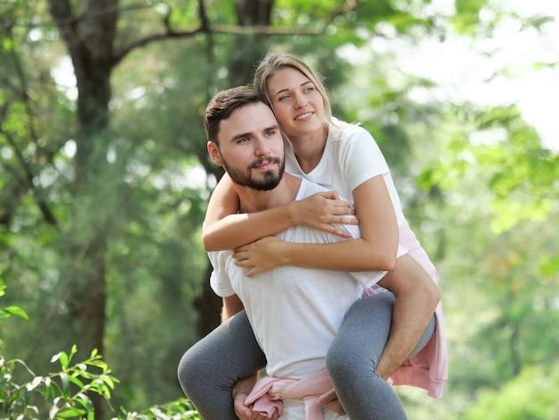 Het jonge paar ontspant in de stemming van de tuinliefde