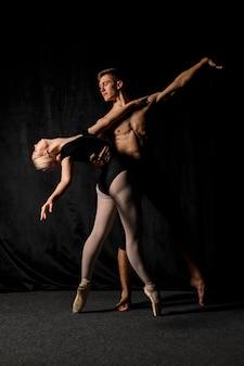 Het jonge paar stellen in balletuitrustingen