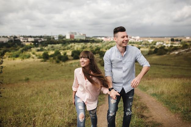 Het jonge pret romantische paar heeft pret rond de stad in zonnige de zomerdag. genieten van tijd samen doorbrengen in vakantie. valentijnsdag.