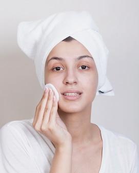 Het jonge proces van het vrouwen schoonmakende gezicht