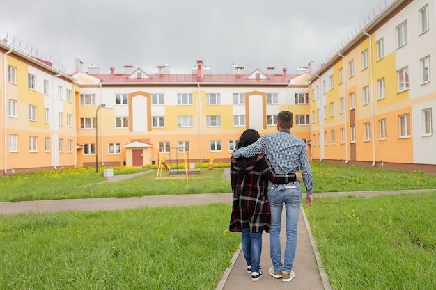 Het jonge stel gaat naar hun nieuwe huisvesting