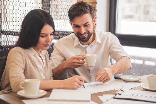 Het jonge succesvolle bedrijfspaar bespreekt documenten.