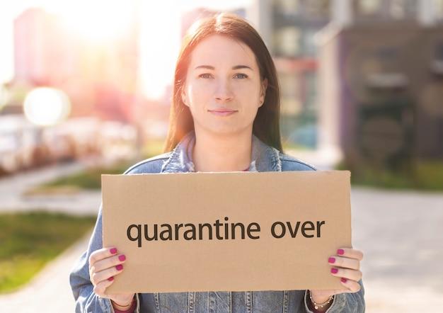 Het jonge teken van de vrouwenholding met de inschrijvingsquarantaine over
