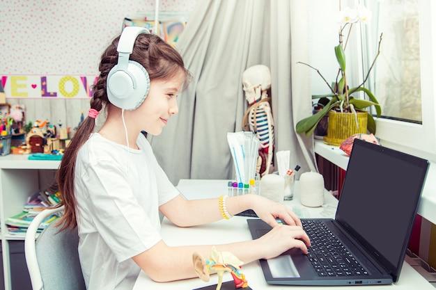 Het jonge tienermeisje bestudeert thuis de menselijke anatomie. ongewone hobby.