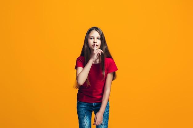 Het jonge tienermeisje dat een geheim achter haar hand fluistert