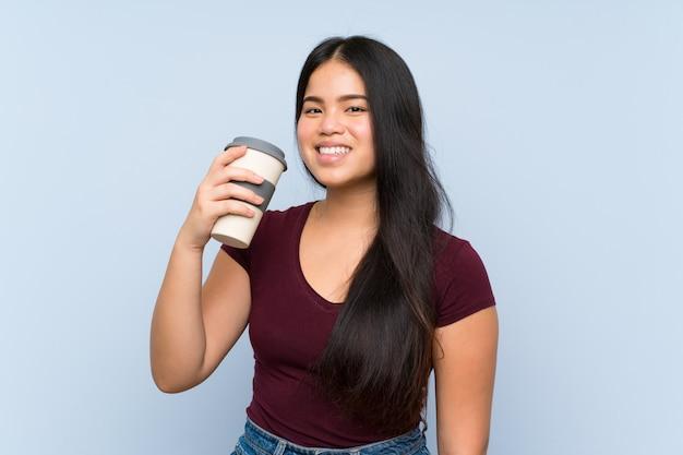 Het jonge tienermeisje houden haalt koffie weg