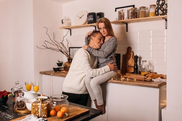 Het jonge verliefde paar heeft thuis pret in keuken