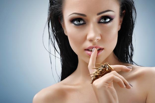 Het jonge vrouw sensueel stellen bij studio