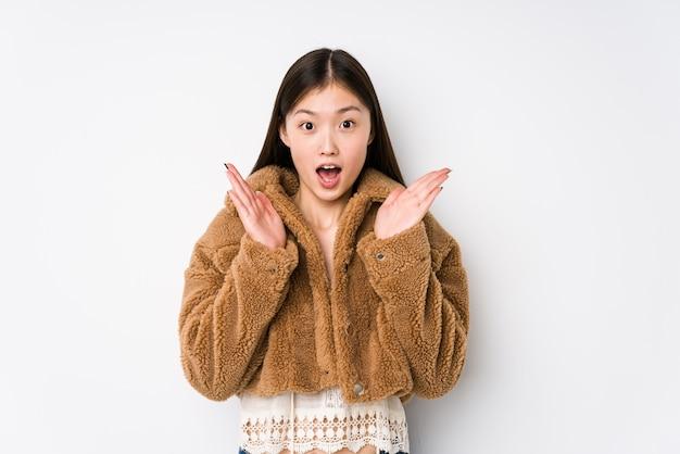 Het jonge vrouw verrast en geschokt stellen