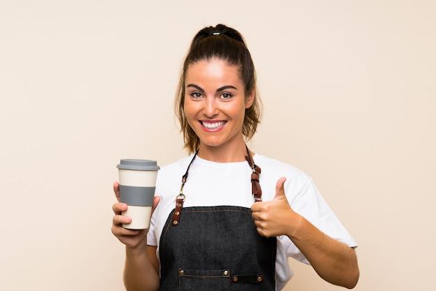 Het jonge werknemersvrouw houden haalt koffie met omhoog duimen weg