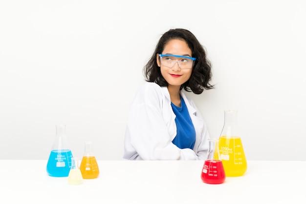 Het jonge wetenschappelijke aziatische meisje lachen