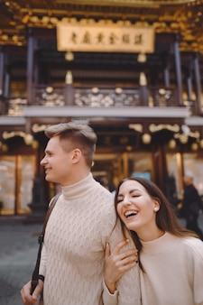 Het jonggehuwdepaar die affectie tonen en handen in shanghai houden dichtbij yuyuan terwijl het bezoeken van china
