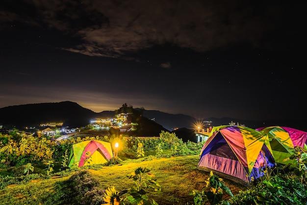 Het kamperen tentberg en zonsopgang bij nacht