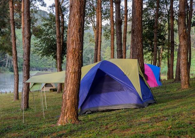 Het kamperen tenten dichtbij meer in pang oung in mae hong son, thailand