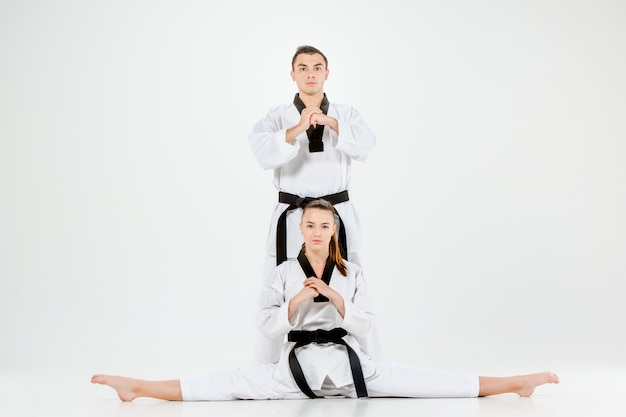 Het karatemeisje en de jongen met zwarte riemen