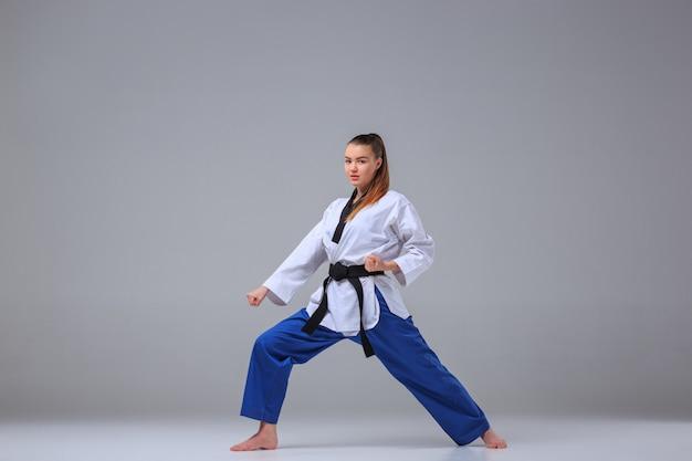 Het karatemeisje met zwarte riem