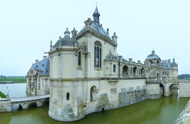 Het kasteel van chantilly frankrijk. het grand chateau herbouwd in de jaren 1870 architect honore daumet.