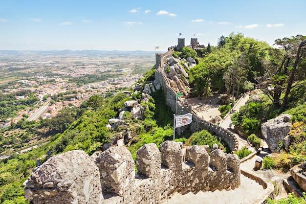 Het kasteel van de moren is een middeleeuws kasteel op een heuveltop in sintra, portugal