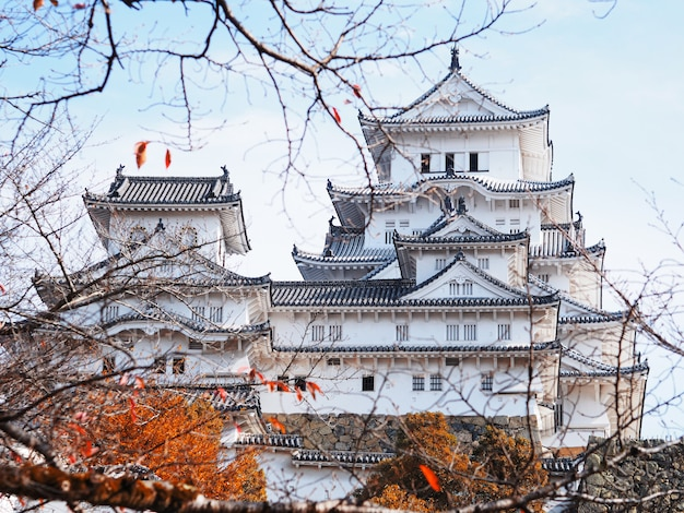 Het kasteel van himeji in de herfstseizoen, japan.