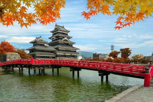 Het kasteel van matsumoto in de herfst bij de stad van matsumoto, de prefectuur van nagano, japan.