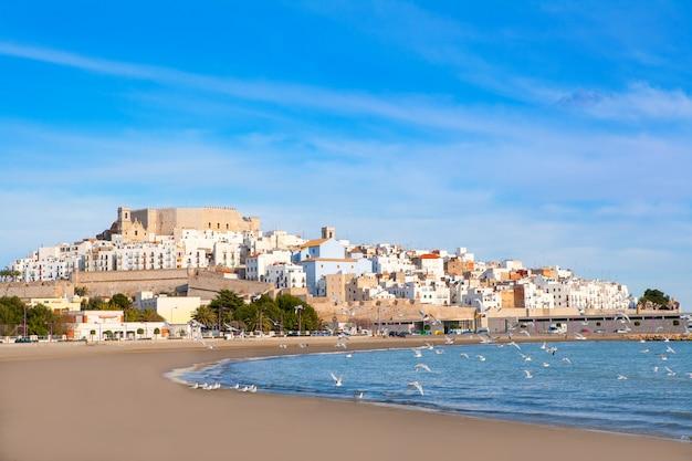 Het kasteel van peniscola en strand in castellon spanje